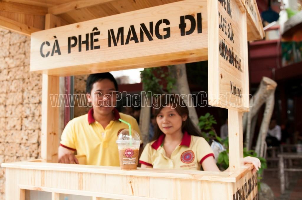 Phục vụ khách linh động với xe gỗ bán cafe