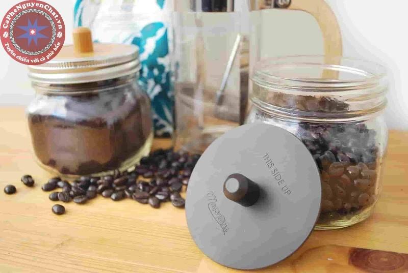 Bảo quản cà phê bằng phương pháp kín tức là bằng cách cho vào khối hạt một lượng lớn CO2.