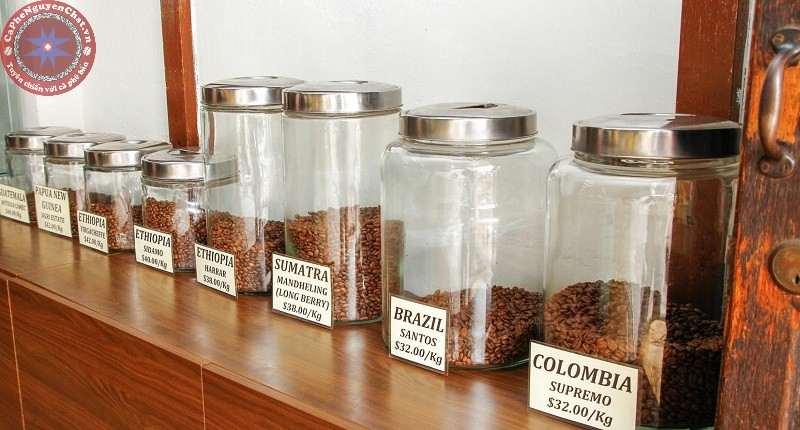 Bảo quản cà phê trong hộp sạch, mờ đục và kín khí nhằm ngăn không khí, ánh sáng làm ảnh hưởng cà phê.