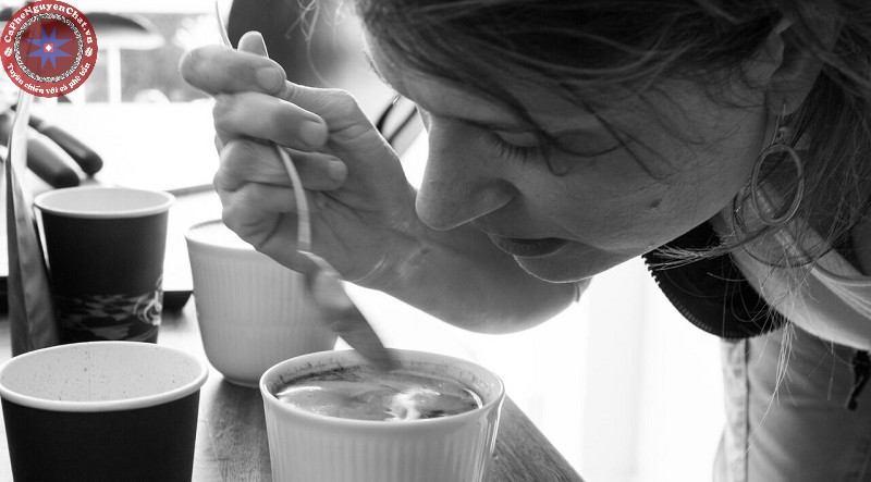 Thưởng thức cà phê rang nguyên chất hãy cảm nhận mùi hương trước.