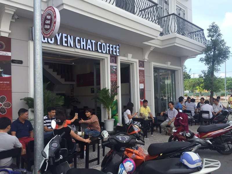 Thiết kế quán cafe theo phong cách sang trọng chú trọng tông màu trầm và kiến trúc tinh xảo.
