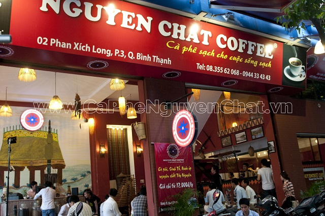 Trang trí bên ngoài quán mang thương hiệu Nguyen Chat Coffee (Nhượng quyền thương hiệu giúp đông khách)