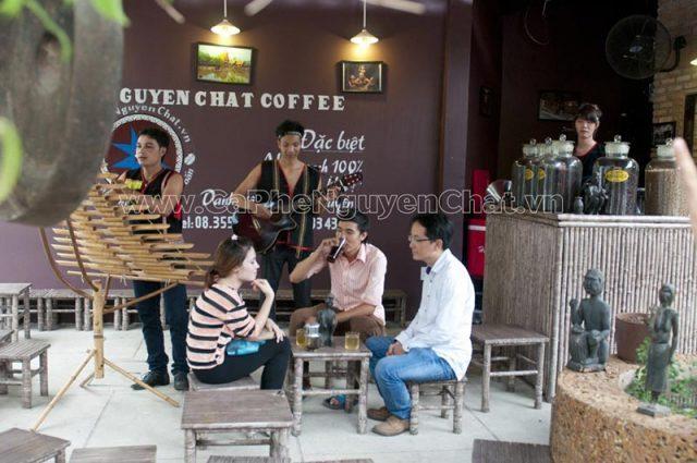 Mô hình quán cafe chú trọng vào âm thanh dựa theo nhu cầu giải trí của khách hàng.
