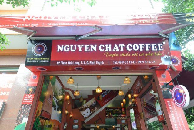 Trang trí cơ bản bên ngoài quán, thương hiệu Nguyen Chat Coffee (Nhượng quyền thương hiệu giúp đông khách)