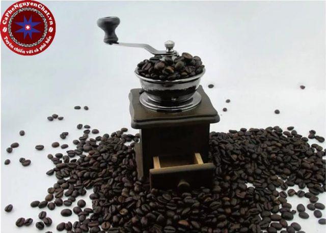 Xay cà phê- một bước chế biến cà phê quan trọng và không thể bỏ qua. Cà phê không nên xay quá to vì sẽ không đủ thơm và không đủ đậm.