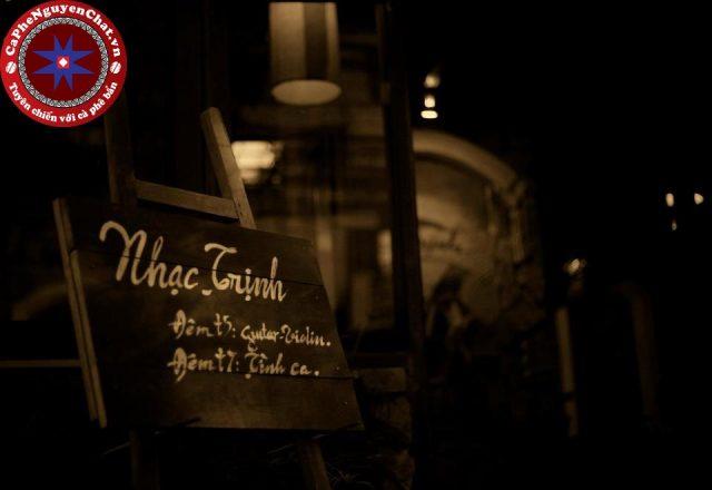 Kinh doanh cà phê nguyên chất cùng với việc thưởng thức những bản nhạc Trịnh sâu lắng.