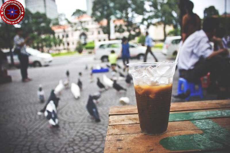 Sức hấp dẫn của cafe bệt đối với người dân Sài Gòn.