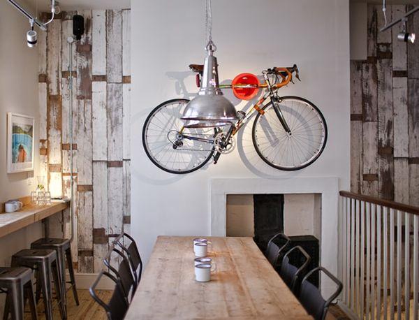 Một chiếc xe đạp treo là một điểm nhấn tuyệt vời cho nội thất của quán cà phê
