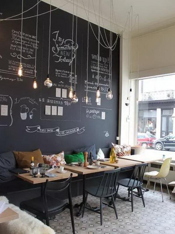 Trang trí quán cafe hiện đại và vui vẻ với một bức tường bảng và bóng đèn treo